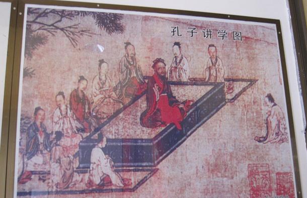 图为孔庙里的《孔子讲学图》