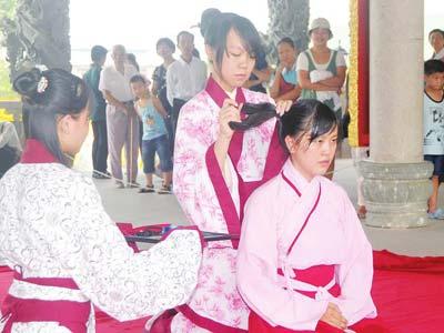 五名女孩着汉服南宁孔庙举行成人礼- 中国孔庙crabtree-rose-cypress-green-hall